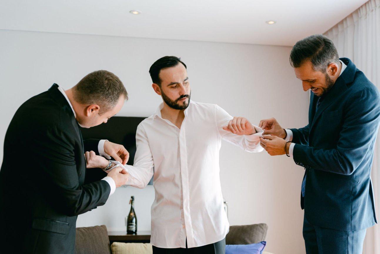 pregatirea mirelui in camera de hotel